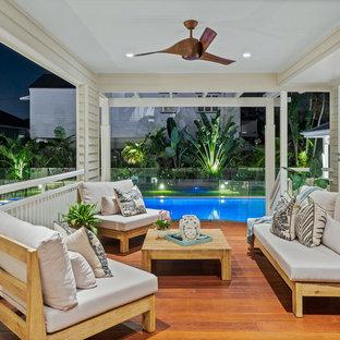На фото: балкон и лоджия среднего размера в стиле ретро с навесом и деревянными перилами с