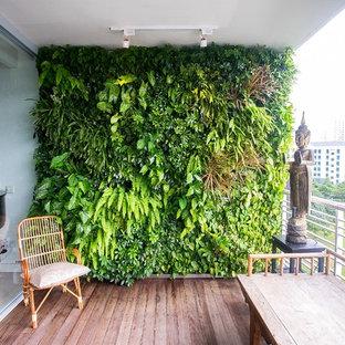Idéer för orientaliska balkonger, med en vertikal trädgård, takförlängning och räcke i metall