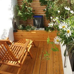 Bild på en liten orientalisk balkong, med markiser