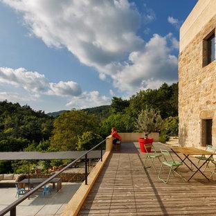 Idées déco pour une grande terrasse et balcon méditerranéenne avec un foyer extérieur et aucune couverture.