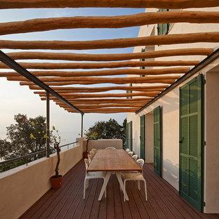 Aménagement d'une terrasse méditerranéenne de taille moyenne avec une pergola.