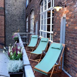 Unbedeckter, Kleiner Moderner Balkon mit Stahlgeländer und Kübelpflanzen in Berlin