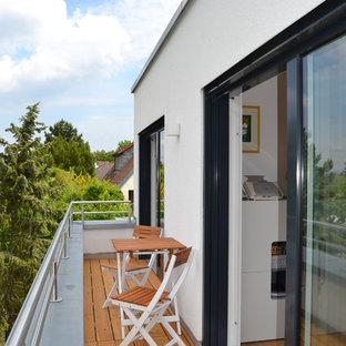 Kleiner, Unbedeckter Moderner Balkon mit Mix-Geländer in Sonstige