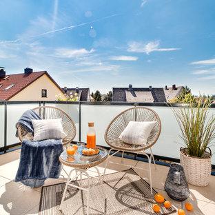Unbedeckte, Kleine Moderne Terrasse mit Mix-Geländer und Kübelpflanzen in Berlin