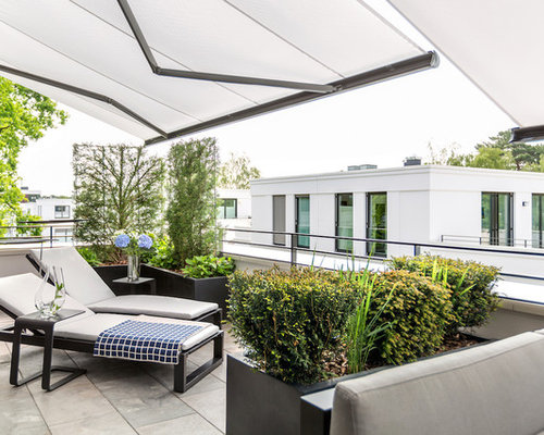 Große Moderne Terrasse Mit Markisen, Kübelpflanzen Und Stahlgeländer In  Berlin