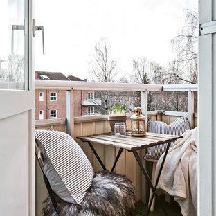 Esempio di un piccolo balcone nordico con nessuna copertura e parapetto in materiali misti
