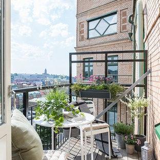 Cette photo montre une grande terrasse et balcon scandinave.