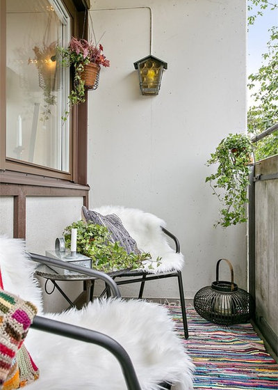 Farmhouse Balcony by Harmoniska Hem & Trädgårdar