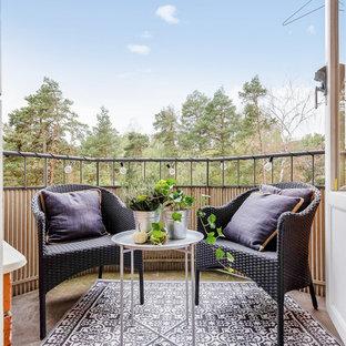 Foto på en minimalistisk balkong, med takförlängning och räcke i flera material