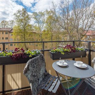 Inredning av en minimalistisk balkong, med utekrukor och räcke i metall