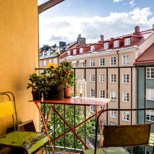 Small scandinavian balcony in Stockholm with a roof extension.