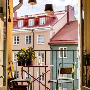 Inspiration för små nordiska balkonger, med takförlängning och räcke i metall