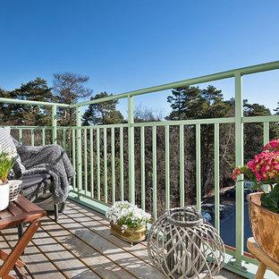 Inredning av en minimalistisk balkong, med räcke i metall