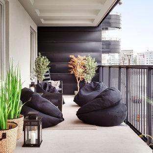 Foto på en stor funkis balkong, med takförlängning