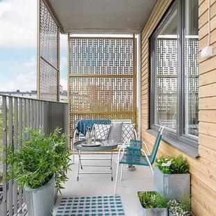 Überdachter, Mittelgroßer Skandinavischer Balkon mit Sichtschutz in Stockholm