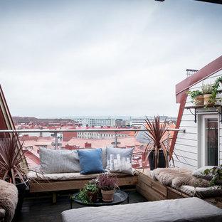 Foto på en minimalistisk balkong, med räcke i glas