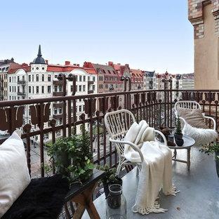 Nordisk inredning av en mellanstor balkong, med utekrukor