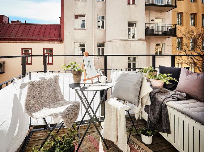 Scandinavian Balcony by Entrance Fastighetsmäkleri