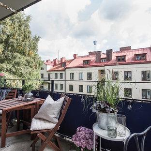 Cette image montre un balcon nordique d'appartement avec un auvent et un garde-corps en métal.
