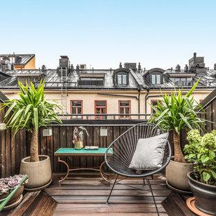 Идея дизайна: маленький балкон и лоджия в скандинавском стиле с деревянными перилами без защиты от солнца