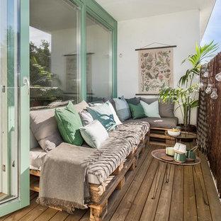 Стильный дизайн: балкон и лоджия в скандинавском стиле с навесом и деревянными перилами - последний тренд