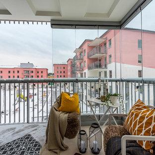 Exempel på en minimalistisk balkong, med takförlängning och räcke i metall