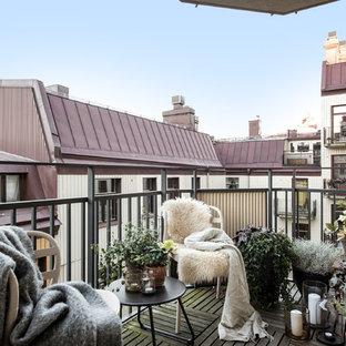 Foto på en nordisk balkong, med räcke i metall
