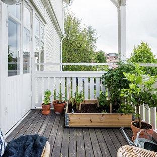 Idéer för mellanstora skandinaviska balkonger, med räcke i trä och utekrukor