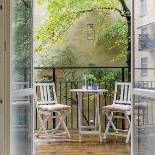 Idées déco pour un appartement avec terrasse ou balcon scandinave de taille moyenne.