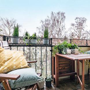 Exempel på en liten skandinavisk balkong, med utekrukor och räcke i metall