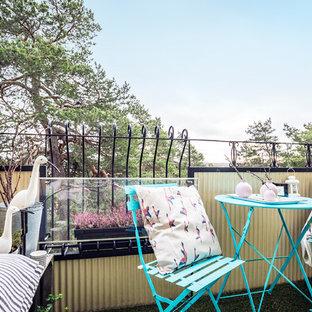 Foto på en liten nordisk balkong, med räcke i flera material och utekrukor
