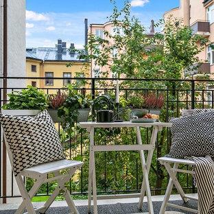 Aménagement d'une petite terrasse avec des plantes en pots scandinave avec aucune couverture.