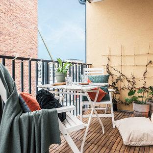 Idéer för att renovera en mellanstor nordisk balkong, med utekrukor, takförlängning och räcke i metall