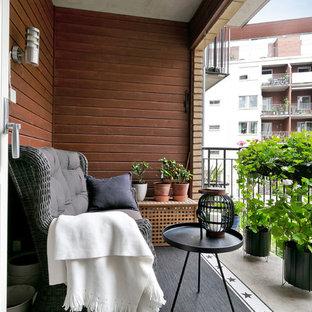 Idéer för en minimalistisk balkong, med utekrukor, takförlängning och räcke i metall