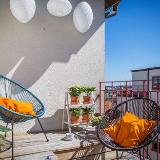 Idéer för mellanstora skandinaviska balkonger, med takförlängning, räcke i metall och utekrukor
