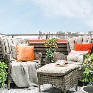 Cette image montre une terrasse et balcon nordique de taille moyenne avec aucune couverture.