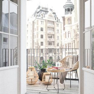 Exemple d'un petit appartement avec terrasse ou balcon scandinave avec un garde-corps en métal et aucune couverture.