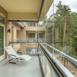 На фото: балкон и лоджия в современном стиле с стеклянными перилами с