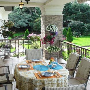 На фото: балконы и лоджии в средиземноморском стиле с навесом