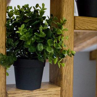 Свежая идея для дизайна: маленький балкон и лоджия в скандинавском стиле с вертикальным садом и деревянными перилами без защиты от солнца - отличное фото интерьера