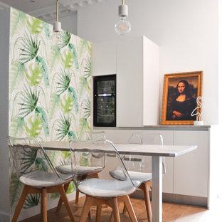 Modelo de bar en casa con barra de bar de galera, contemporáneo, pequeño, con armarios con paneles lisos, puertas de armario blancas, suelo marrón y encimeras grises