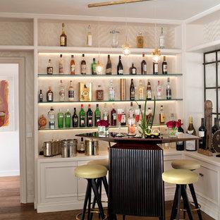 Imagen de bar en casa con barra de bar lineal, clásico renovado, pequeño, con armarios abiertos, puertas de armario blancas, encimera de madera, suelo de madera oscura y suelo marrón