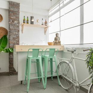 Foto de bar en casa con barra de bar de galera, tradicional renovado, pequeño, con armarios abiertos, encimera de madera, salpicadero blanco, suelo gris y encimeras beige