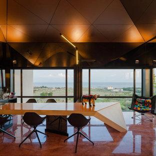 バルセロナの広いモダンスタイルのおしゃれな着席型バー (L型、一体型シンク、オープンシェルフ、黒いキャビネット、ガラスカウンター、黒いキッチンパネル、ガラス板のキッチンパネル、大理石の床、オレンジのキッチンカウンター) の写真