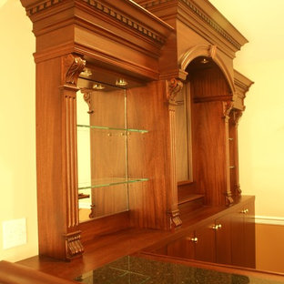 Example of a classic l-shaped home bar design in New York
