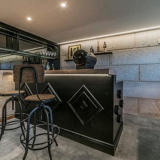Diseño de bar en casa con barra de bar urbano, pequeño, con encimera de madera, suelo de cemento, suelo gris, armarios abiertos y puertas de armario negras