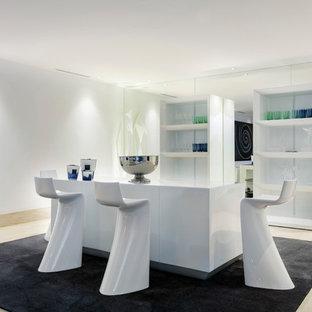 Diseño de bar en casa con barra de bar lineal, actual, de tamaño medio, con armarios abiertos y puertas de armario blancas