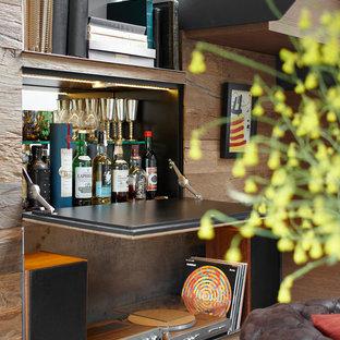 Cette image montre un bar de salon linéaire nordique de taille moyenne avec un placard à porte plane et des portes de placard en bois sombre.