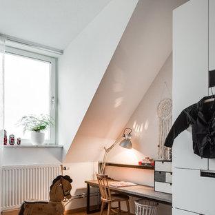 Idéer för ett mellanstort skandinaviskt könsneutralt barnrum, med vita väggar och ljust trägolv