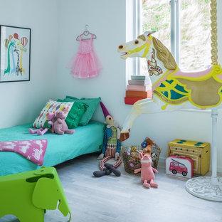 Inspiration för mellanstora moderna barnrum, med grå väggar och ljust trägolv